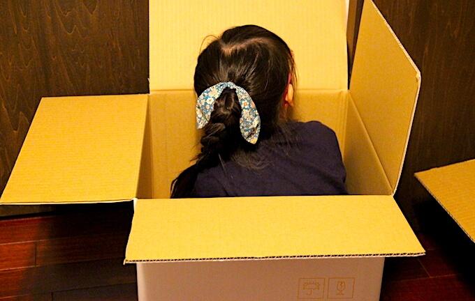 箱に入った女の子